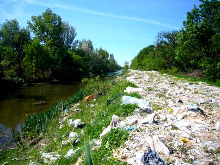 Canal de la Crau, les plastiques de la honte